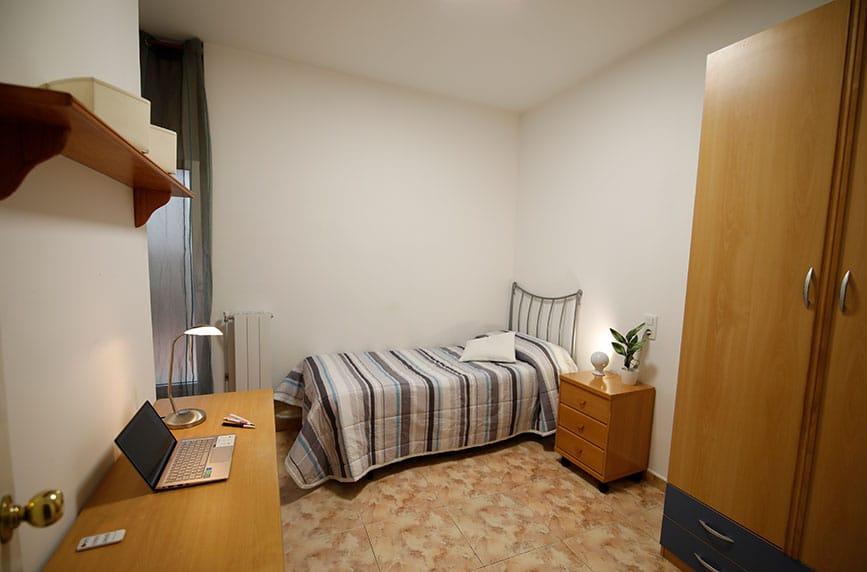 Habitación grande y cómoda para estudiantes universitarios