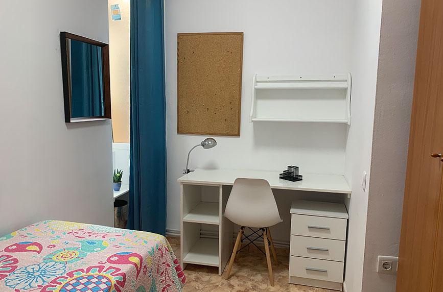 Habitación sencilla y ordenada para estudientes universitarios