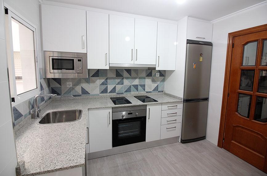Cocina equipada en piso de alquiler para estudiantes. Burjassot